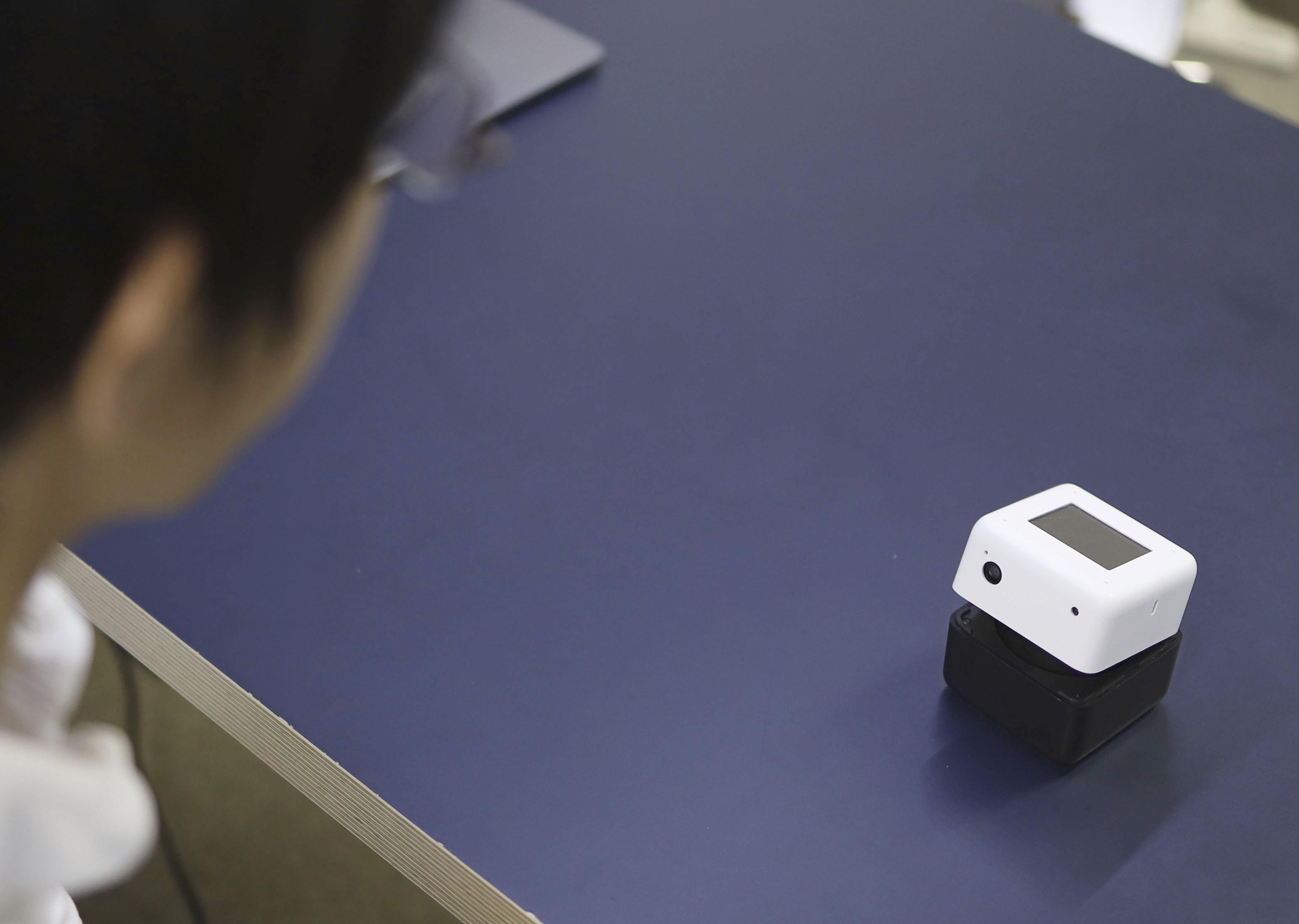 手のひらサイズのロボが接客 コロナ対策、注文や決済に検温も